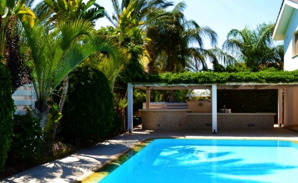 Detached luxury villa for sale in Pervolia Faros beach area
