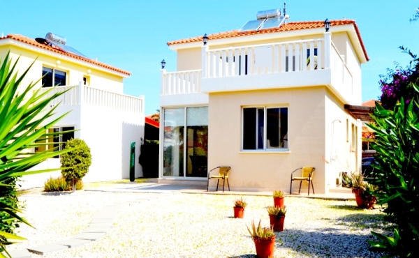 Three bed villa for sale in Pervolia near the beach