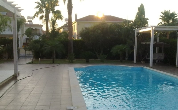 Four bedroom house for rent in Pervolia with pool